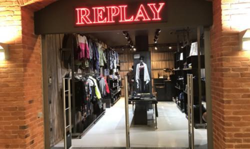 Sumontuoti prekių apsaugos varteliai drabužių parduotuvėje REPLAY
