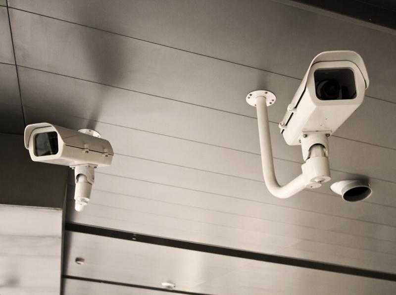 Apsaugos kamerų komplektai objektų stebėjimui   Galime pasiūlyti platų vaizdo stebėjimo sistemų pasirinkimą. Apsaugos kamerų komplektai skirti komercinių objektų, gamybinių patalpų, namų, butų, vasarnamių ir sodybų bei įvairių kitų objektų apsaugai.  Mūsų paruošti apsaugos kamerų komplektai skirti stebėti vidaus patalpas ir perimetrą lauke. Vaizdo kamerų komplektai apima ne tik kameras, bet ir įrašymo įrenginius, kietuosius diskus, montavimo kronšteinus ir kitą įrangą.