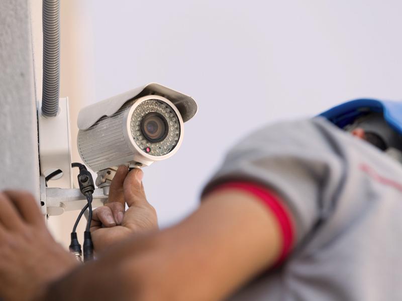 Apsaugos vaizdo kamerų montavimas   Montuojame tiek iš mūsų įsigytas apsaugos vaizdo kameras, tiek jūsų turimą įrangą. Pilnai atliekame visus montavimo ir pajungimo darbus, paruošiame apsaugos kameras naudojimui.  Esant poreikiui atliekame apsaugos vaizdo kamerų aptarnavimą ir remontą. Darbams suteikiame garantijas.  Dėl išsamesnės informacijos susisiekite su mumis.